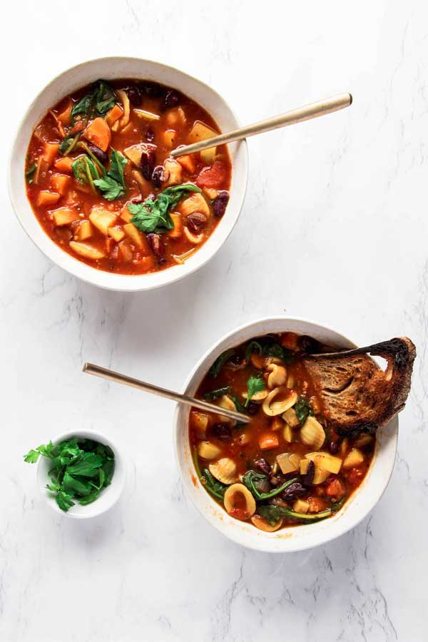 Easy & Healthy Vegan Minestrone Soup